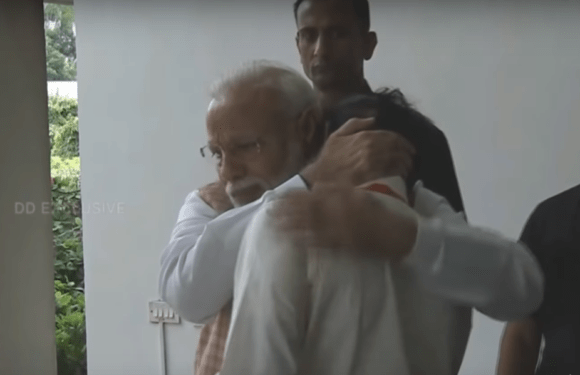 Disconnected with Vikram Sad Moment, the Prime Minister hugs the Chairman of ISRO